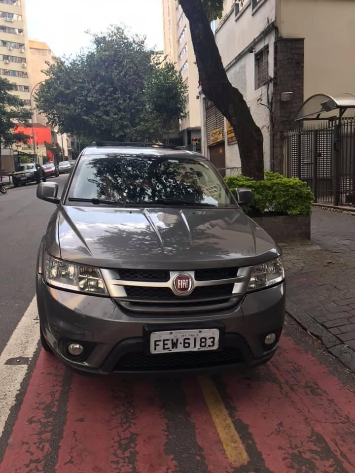 Carro estacionado na ciclovia